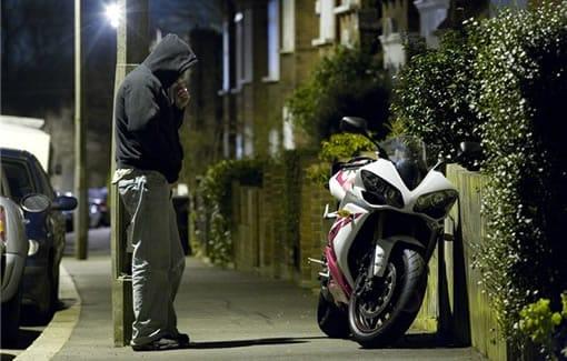 Donde aparcas la moto y el precio del seguro