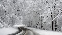 La moto y la nieve en la carretera