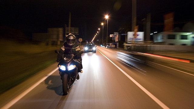 rodar de noche con tu moto