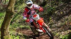 pilotar una moto por el monte y campo