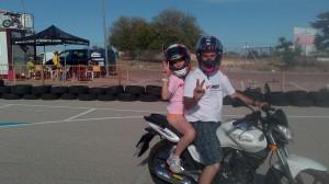 Menor de paquete en la moto