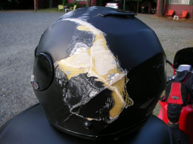 Casco de moto roto